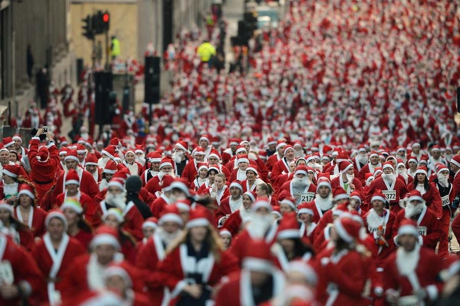 Thousands of Santa Clauses running in Glasgo for New Year 2015